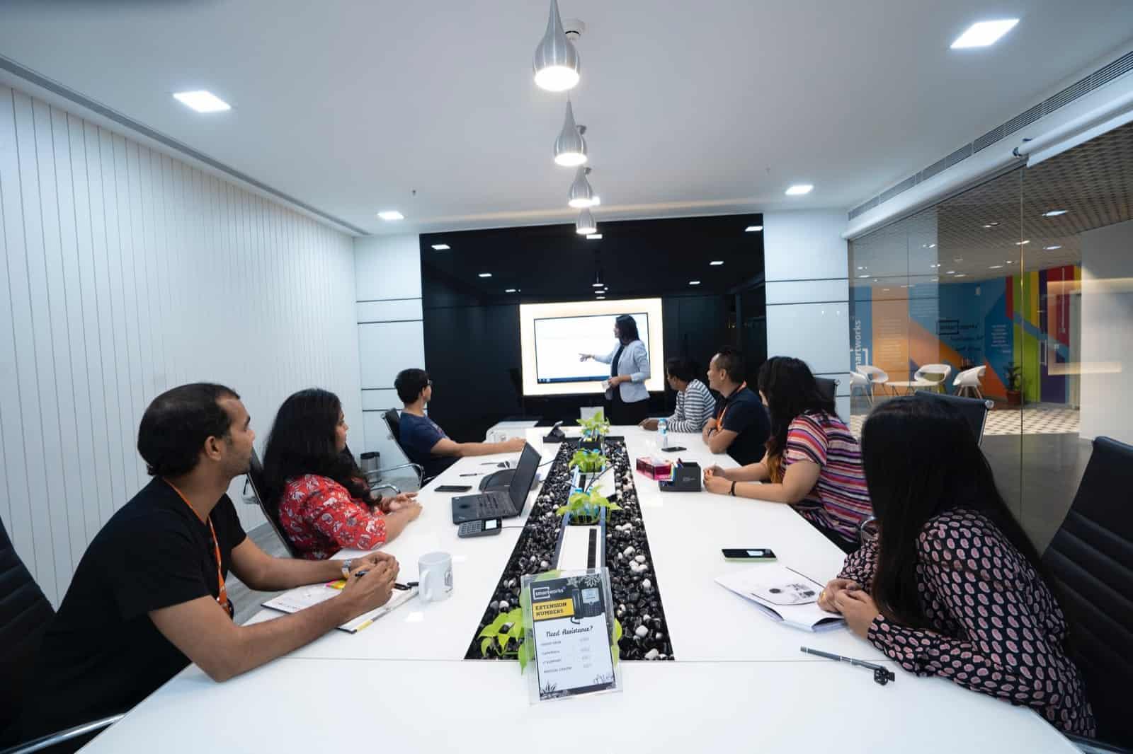 Riunione strategica dello staff di un e-commerce